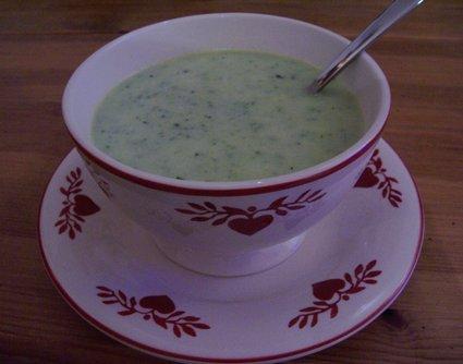 Recette de soupe de courgettes à l'oignon, ail et cerfeuil