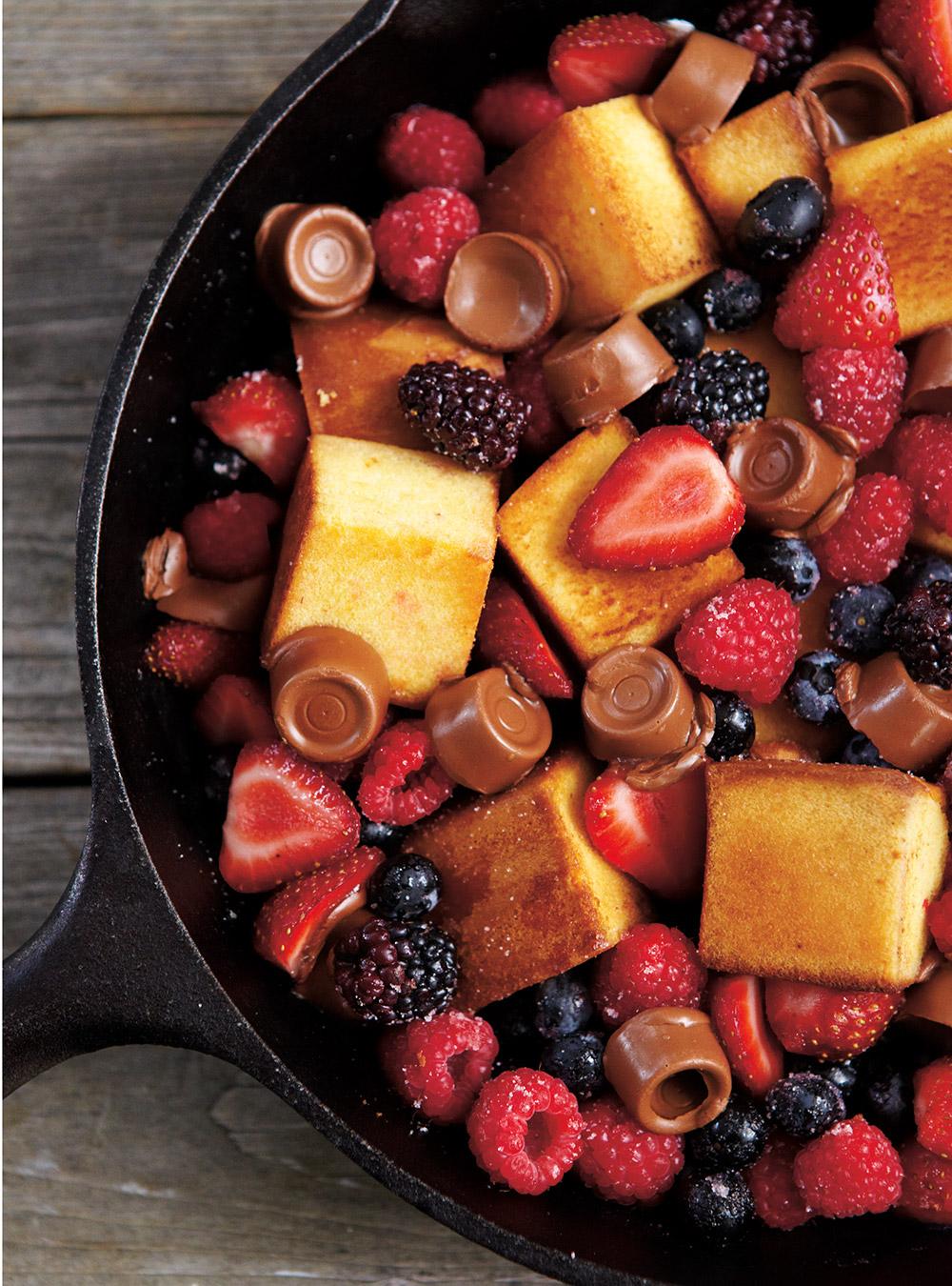 Poêlée de gâteau, petits fruits et chocolat fondant | ricardo