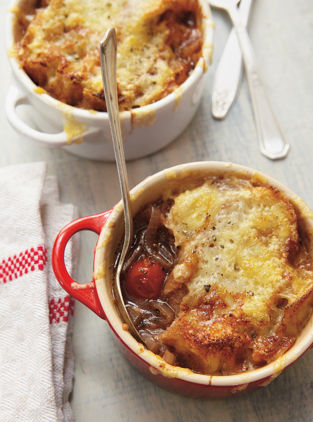 Soupe gratinée à l'oignon et aux tomates | ricardo