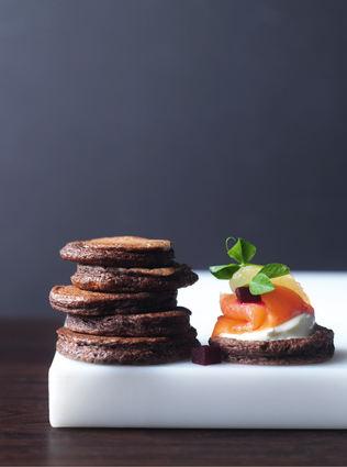 Recette de blinis au chocolat, saumon fumé et oeuf poché