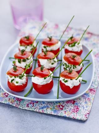 Recette de tomates cocktail farcies au fromage frais et aux herbes ...