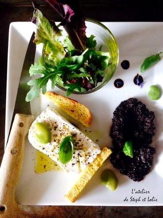 Assiette de fromage de chèvre frais et tapenade noire maison