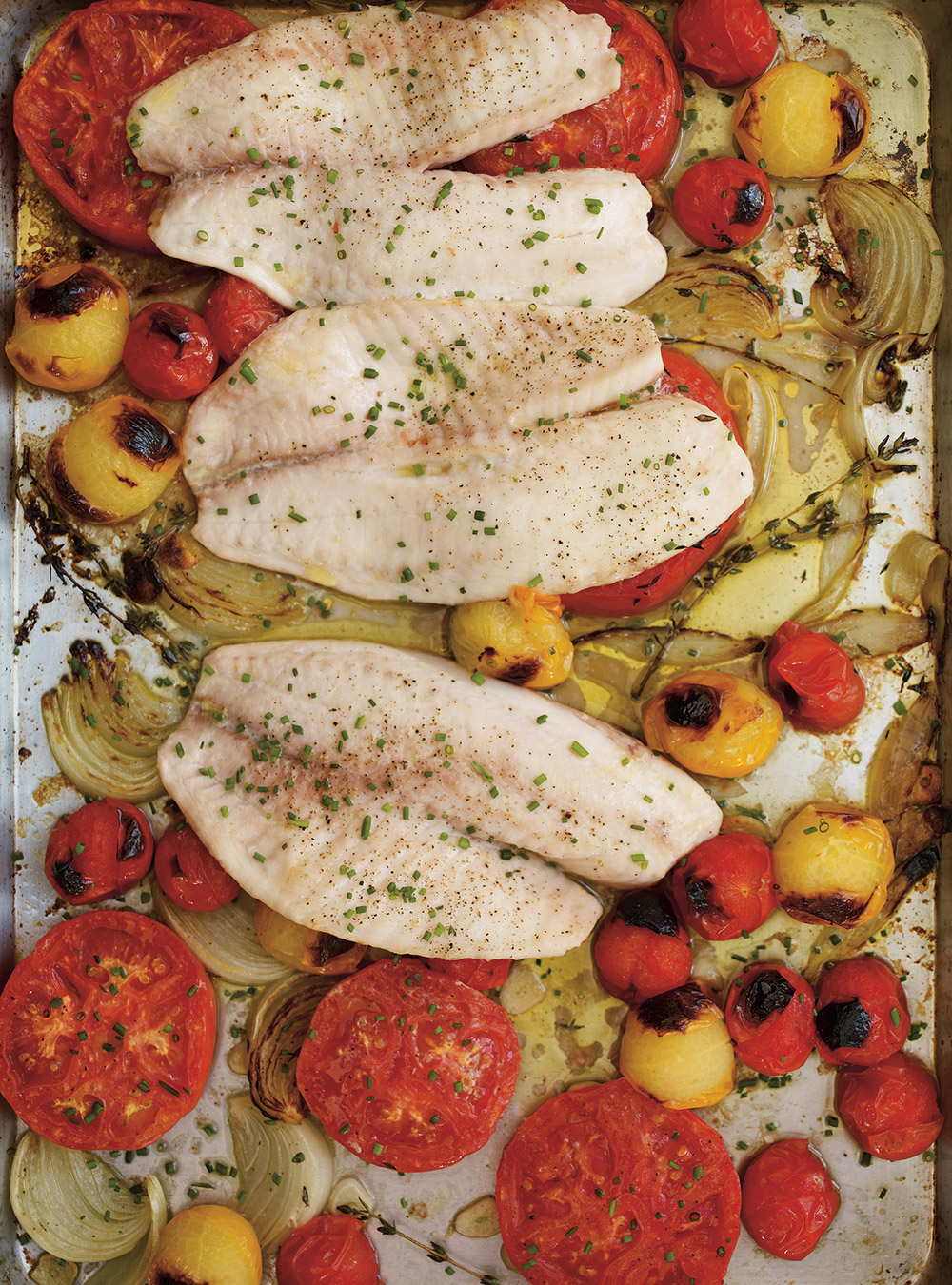 Tilapia aux tomates et aux oignons rôtis | ricardo