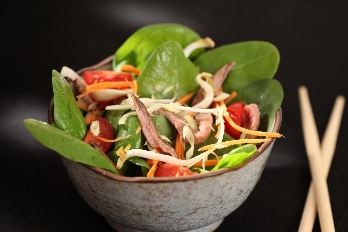 Recette de salade de pousses d'épinard et boeuf façon thaï facile ...