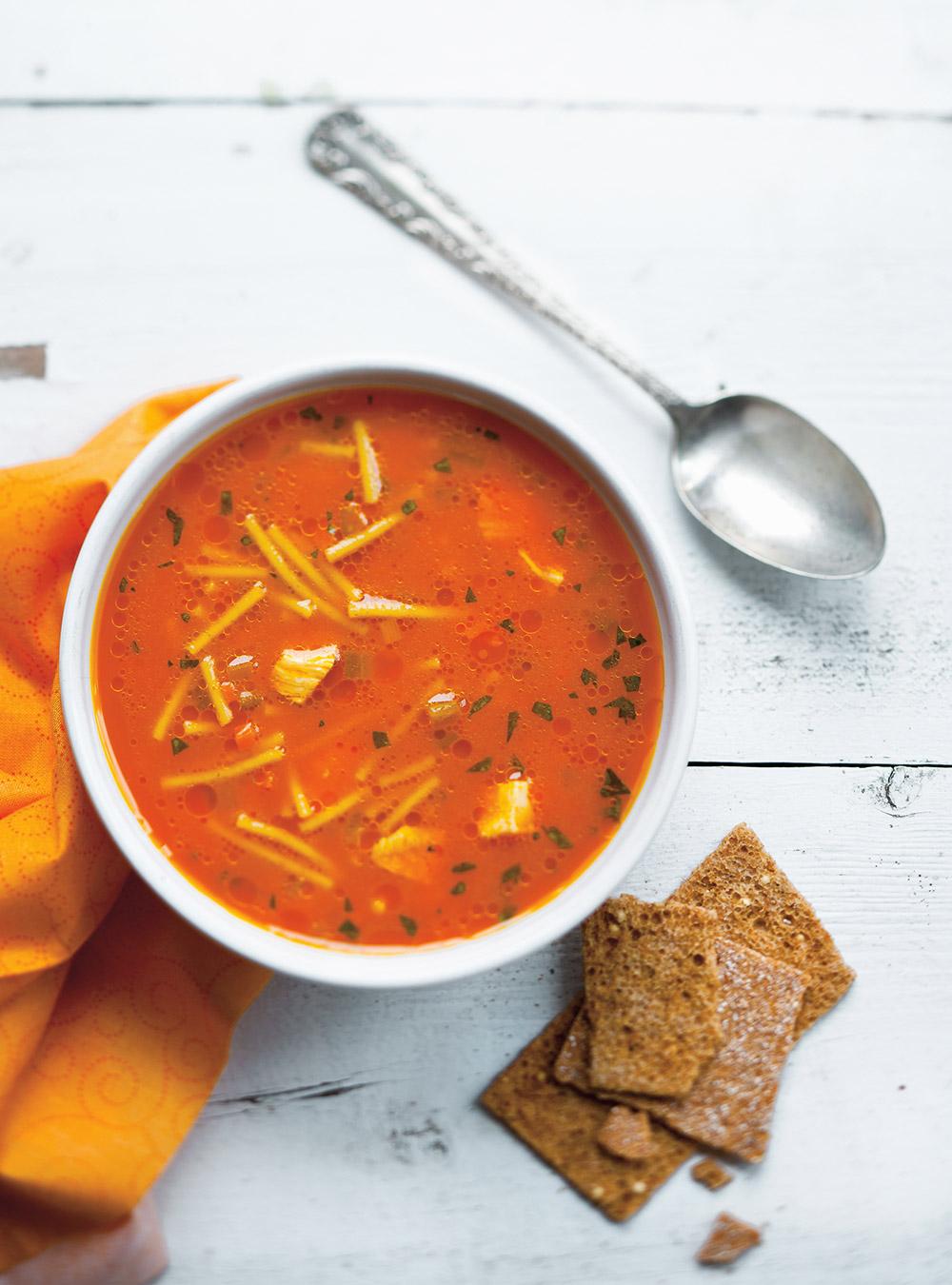 Soupe poulet et nouilles au jus de carottes | ricardo