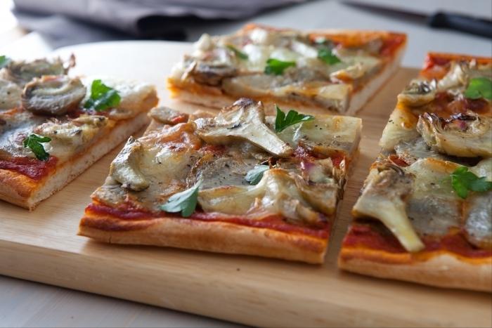 Recette de pizza aux artichauts cuits et marinés, mozzarella facile et ...