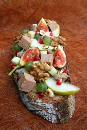 Recette de tartine de foie gras, figue, raisin, poire, châtaignes et noix