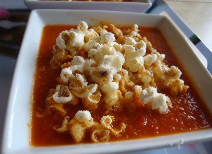 Recette de velouté de tomates épicé au pop corn et parmesan