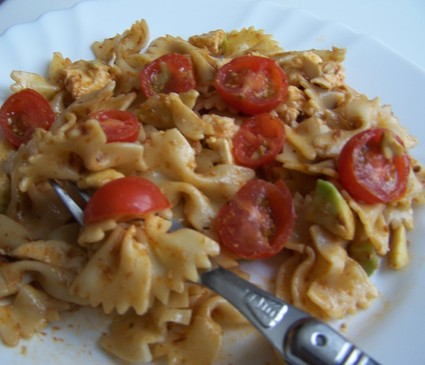 Recette de salade de pâtes aux tomates, avocats et mozzarella