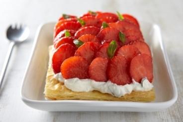 Recette de tarte feuilletée à la ricotta, basilic et fraises marinées ...