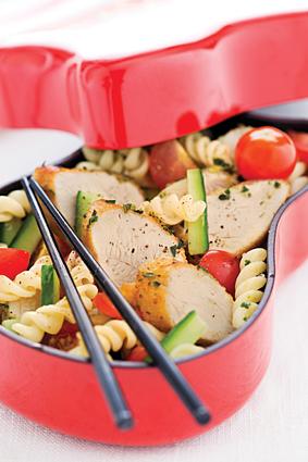 Recette de salade de pâtes à l'émincé de poulet mariné au pesto ...