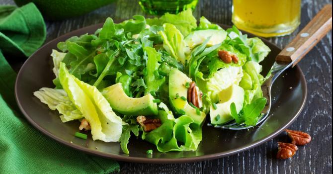 Recette de salade verte à l'avocat et noix de pécan