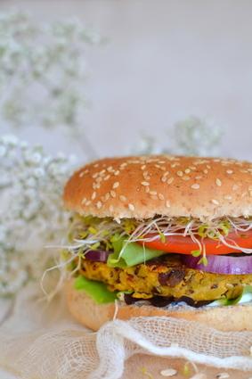 Recette de burger végétarien aux galettes de flocons d'avoine et ...