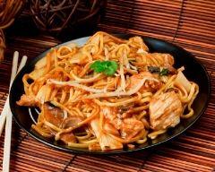 Nouilles chinoises au wok, oignons, dinde et champignons de paris ...