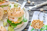 Recette burger de saumon, œuf à cheval et guacamole à la pistache