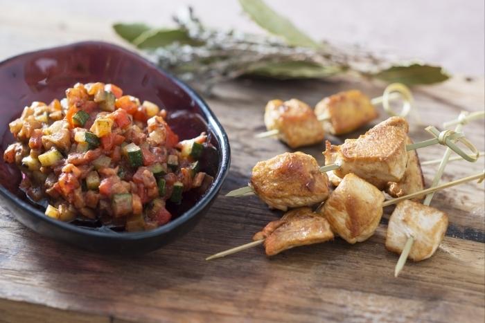 Recette de brochette de volaille, ratatouille minute tomate-olive noire