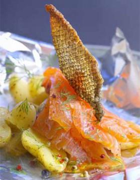 Saumon mariné et peau croustillante, pommes de terre brûlantes ...