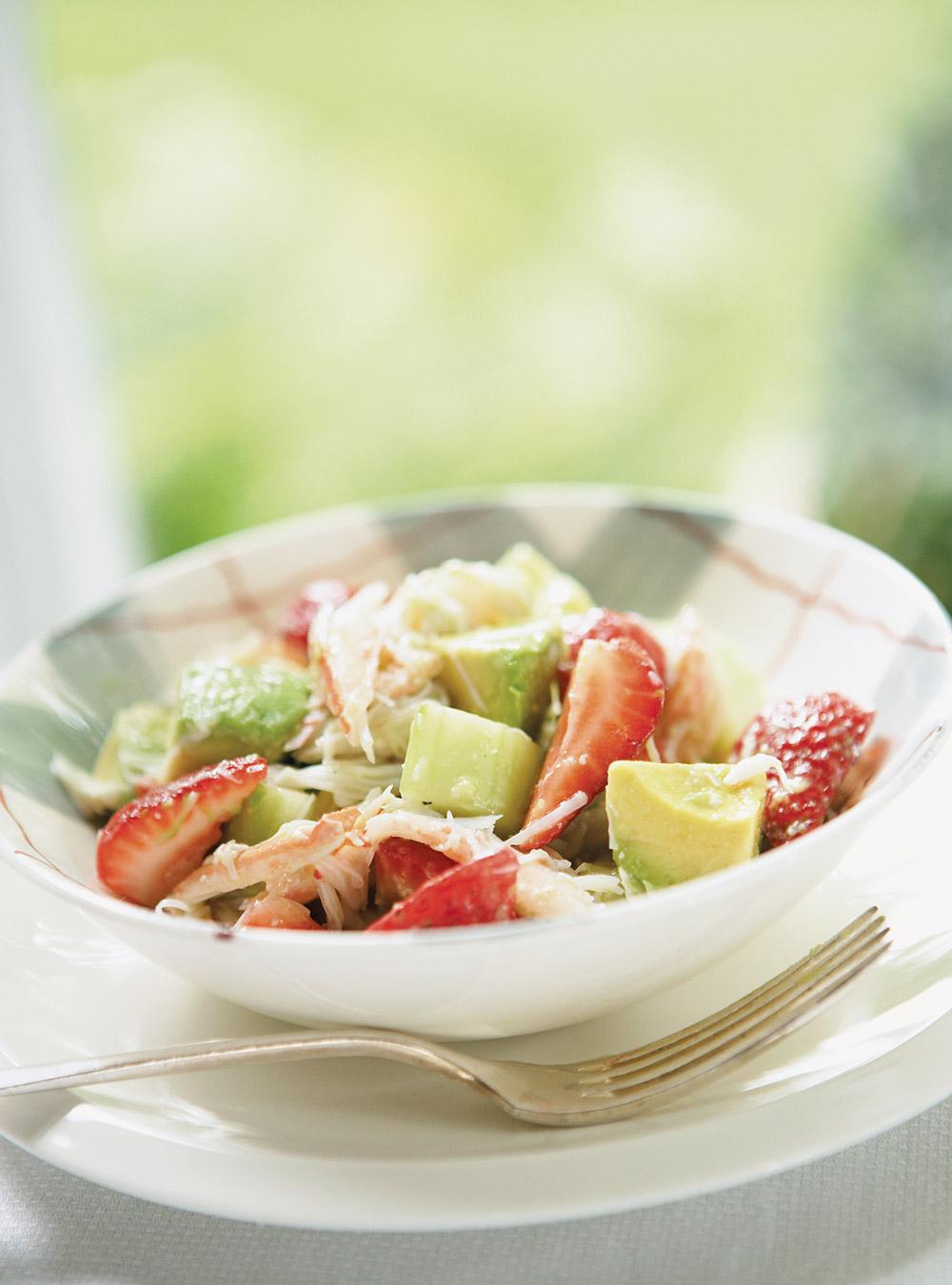 Salade de crabe et de fraises au citron vert | ricardo