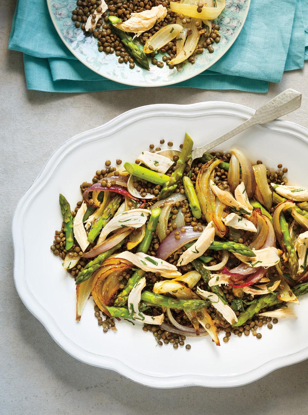 Salade de lentilles, de poulet, d'asperges et d'oignons rôtis | ricardo