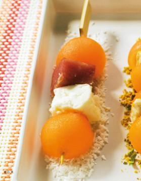Mini brochettes de melon charentais jaune, jambon cru et feta à la ...