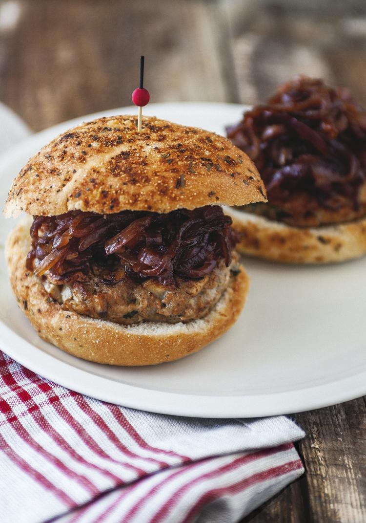 Burger de poulet, champignons & oignons rouges caramélisés ...