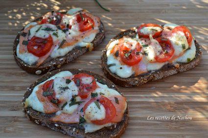 Recette de tartines au saumon fumé, tomates cerise, mozzarella et ...