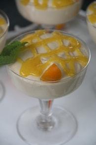 Verrines de mousse au chocolat blond et coulis de kumquat