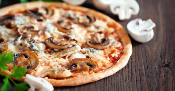 Recette de pizza forestière légère à la dinde, sauce tomate et ...