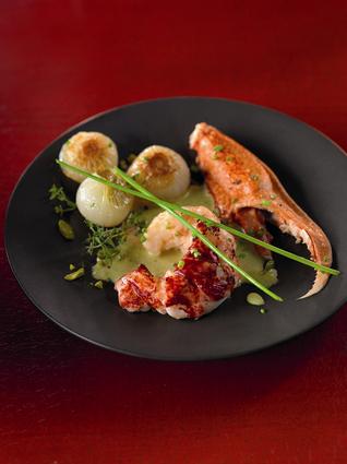 Recette de homard bleu de méditerranée, oignons confits, bisque à ...