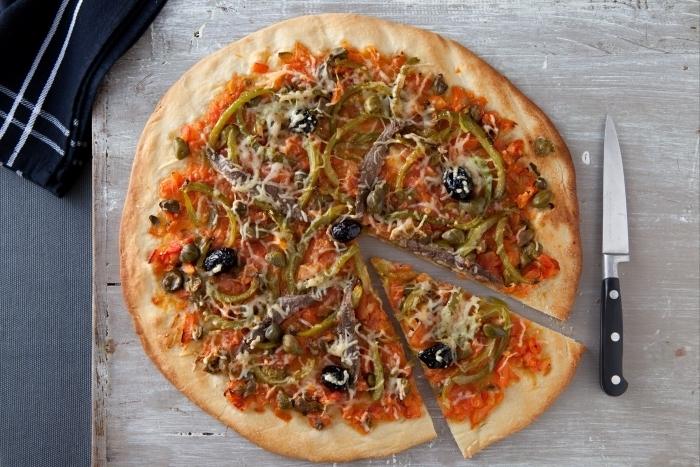 Recette de pizza à la puttanesca facile et rapide