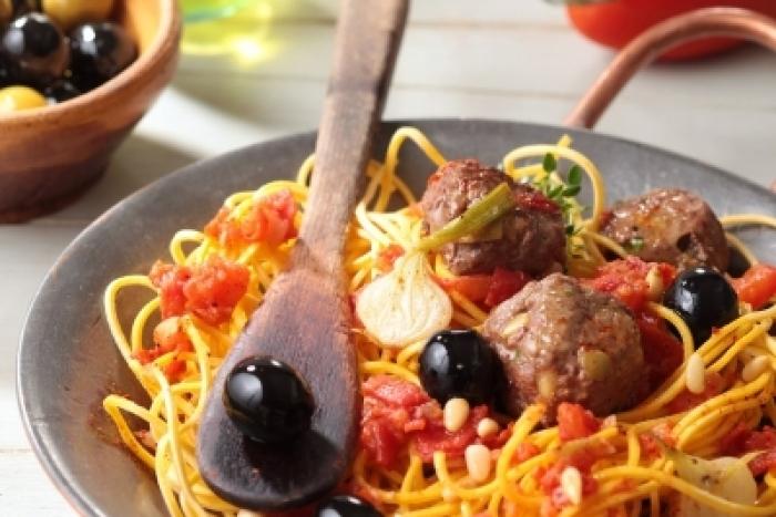 Recette de boulettes de bœuf aux olives noires, spaghettis aux ...