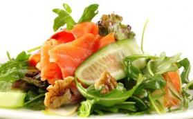 Salade au saumon fumé et aux noix pour 4 personnes