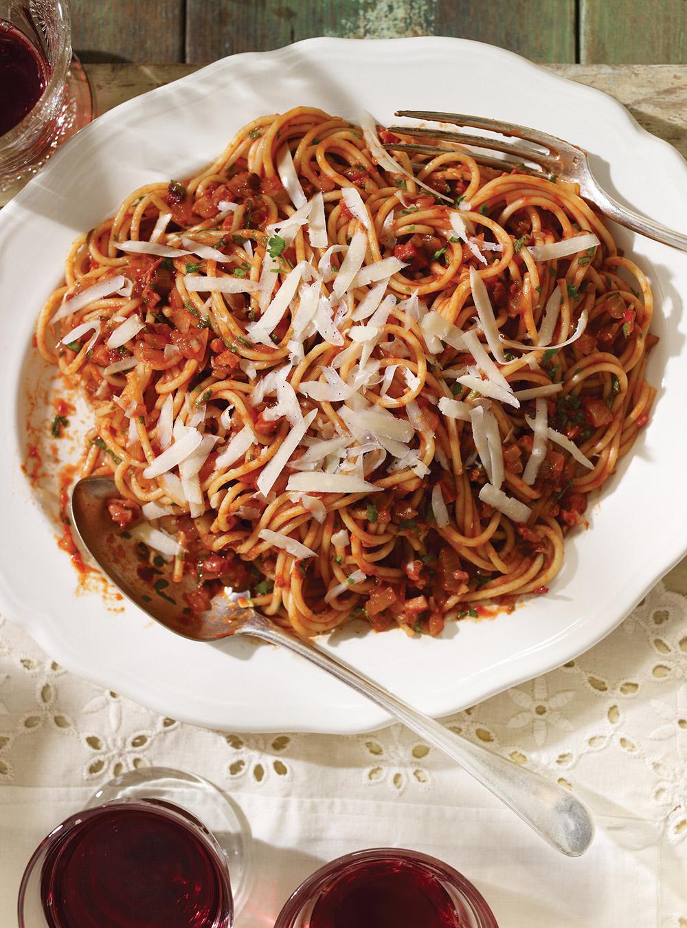 Spaghetti all'amatriciana (spaghettis à la sauce tomate piquante ...