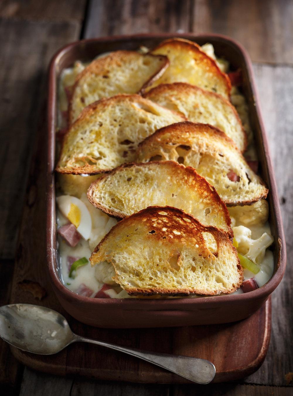 Gratin de chou-fleur, de jambon, d'oeufs et dentelle de pain | ricardo