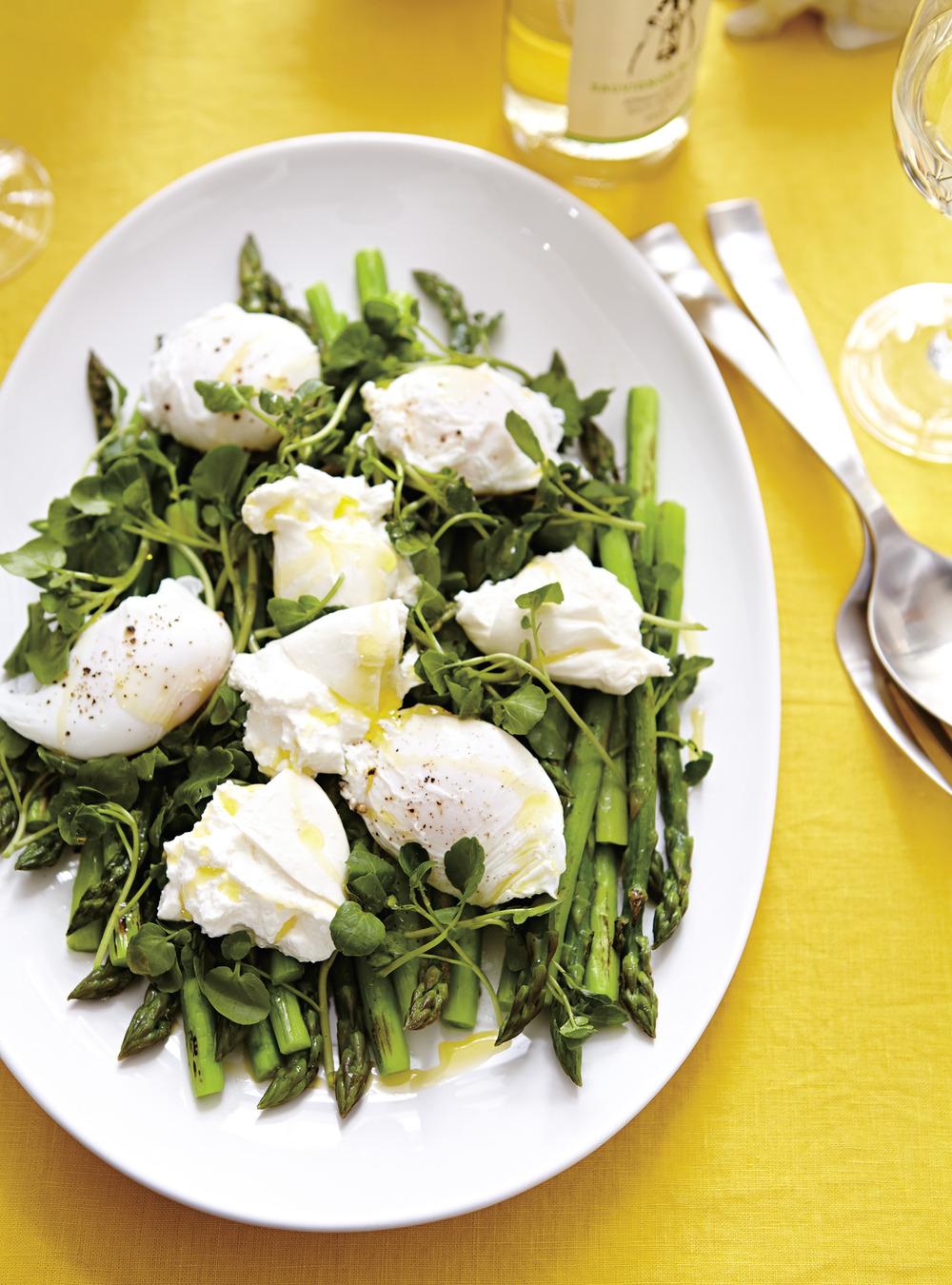 Salade d'asperges aux oeufs pochés et à la burrata | ricardo