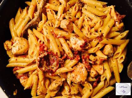 Recette de penne au poulet, mozzarella et tomates confites