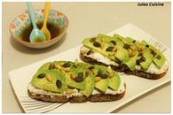 Recette avocado toast : avocats, chèvre frais, et graines