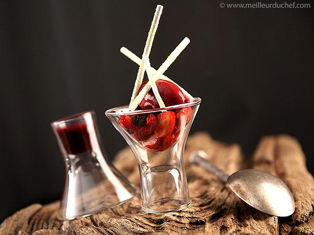 Verrine de fruits frais, meringue et sorbet glacé aux fruits rouges ...