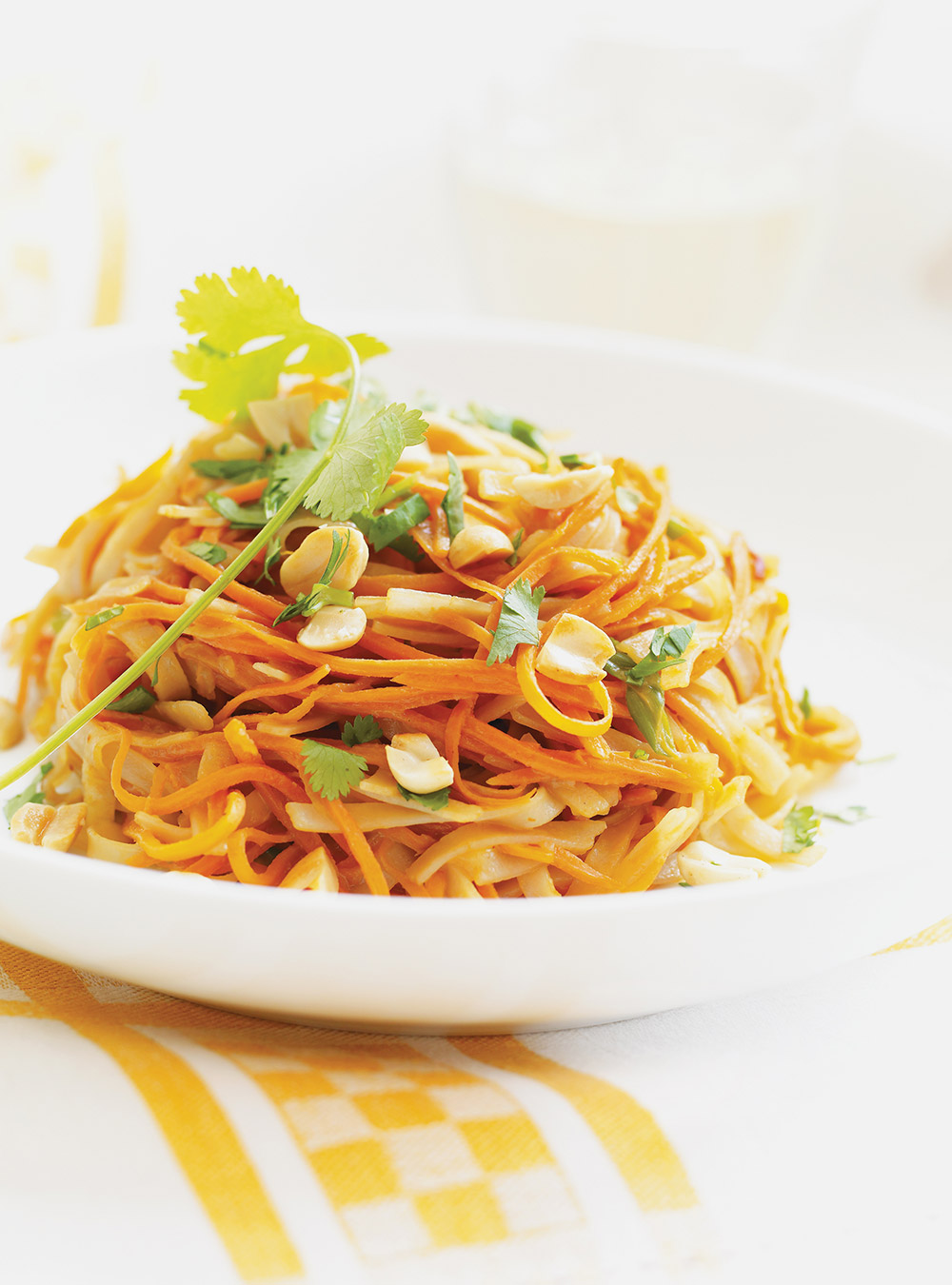Nouilles asiatiques aux carottes, sauce aux arachides | ricardo