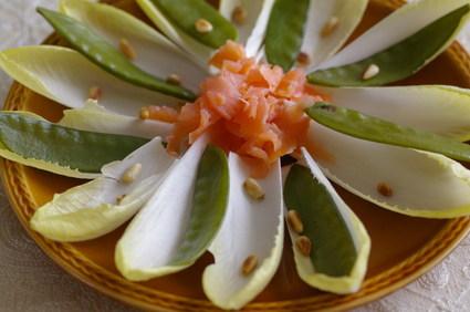 Recette de salade printanière aux endives, pois et saumon fumé