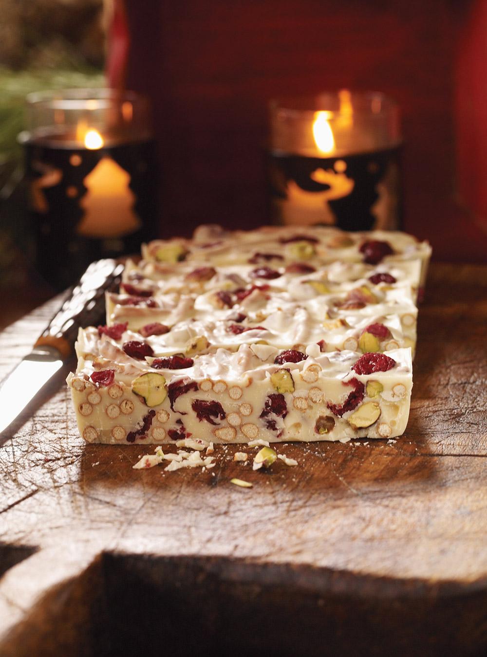 Carrés au chocolat blanc, aux canneberges et aux pistaches | ricardo