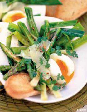 Jeunes poireaux et asperges tièdes, œufs mollets et parmesan pour ...