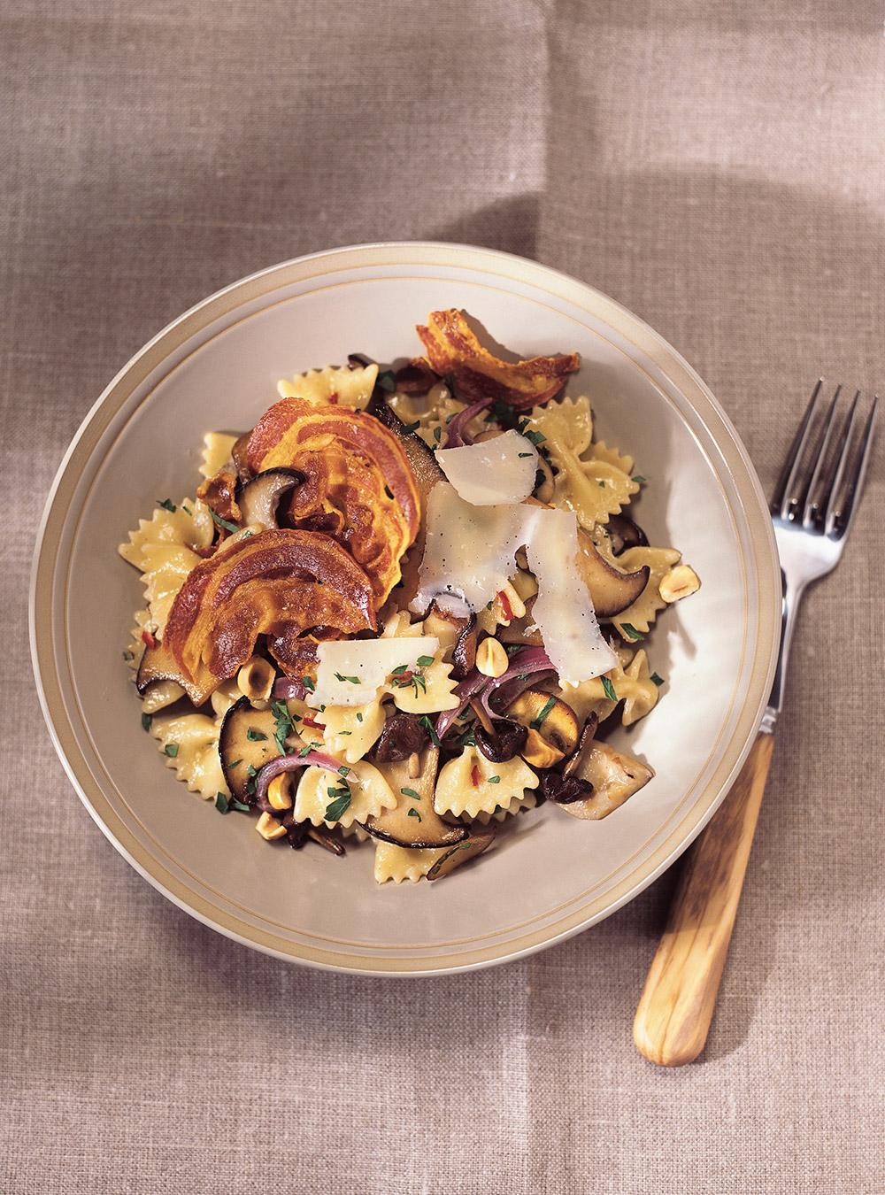 Farfalles aux champignons et chips de pancetta | ricardo