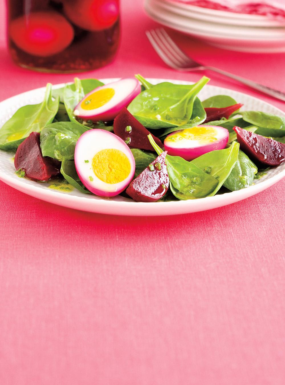Salade d'épinards aux betteraves et oeufs marinés | ricardo