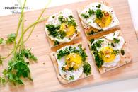 Recette de toasts suédois aux oeufs de caille, cerfeuil et noix