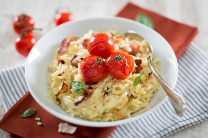 Recette de orzotto aux tomates cerises rôties, oignons et bacon rapide