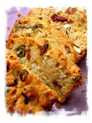 Recette de cake aux tomates séchées, feta et olives