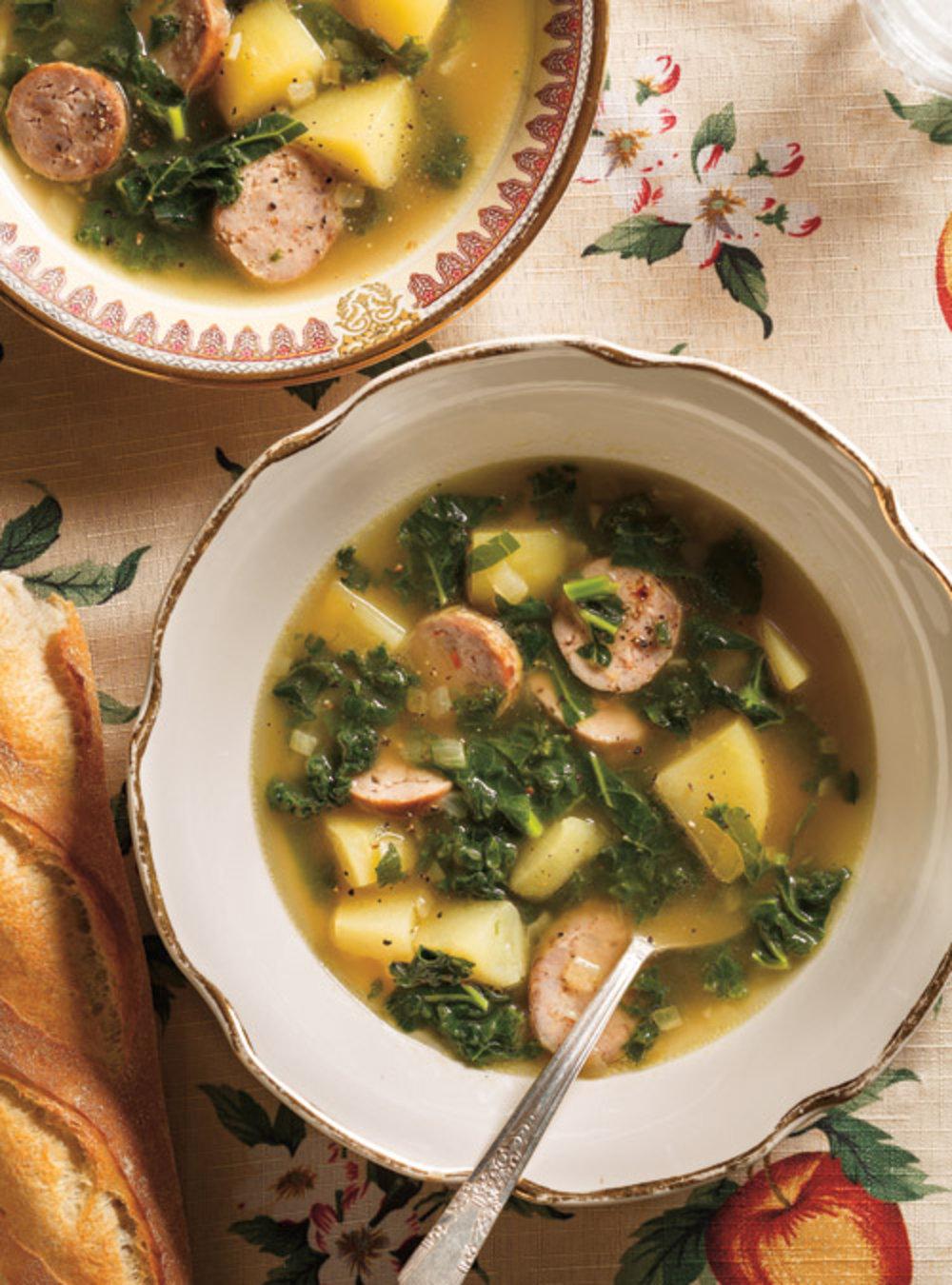 Soupe au kale, à la pomme de terre et à la saucisse | ricardo