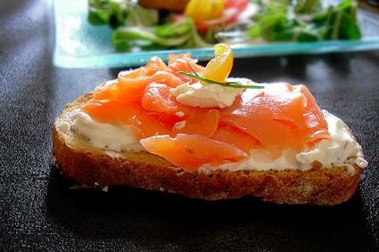 Recette de bruschette au saumon fumé, fromage frais et mâche