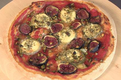 Recette de pizza chèvre, figues, pistaches et miel